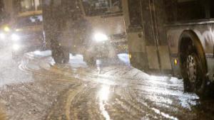 Столичные коммунальщики за ночь вывезли почти тысячу кубометров снега