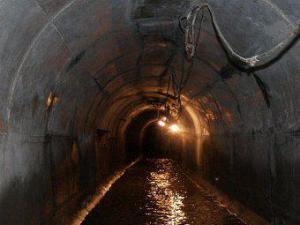 На северо-востоке Москвы двое рабочих отравились болотным газом